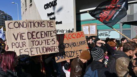 des-etudiants-manifestent-le-12-novembre-2019-devant-le-crous-a-lyon-apres-que-l-un-d-entre-eux-s-est-grievement-brule-en-s-immolant-vendredi_6230976.jpg